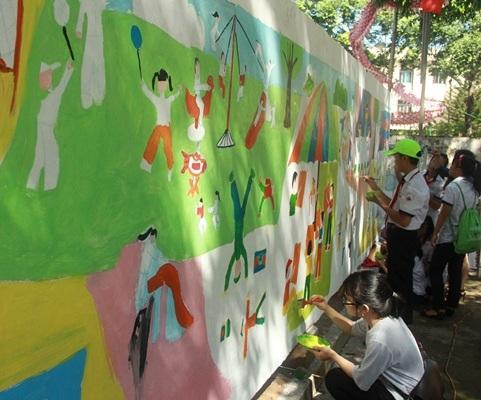 """Trẻ em nghèo được tham gia vẽ tranh """"Ngôi nhà mơ ước"""""""