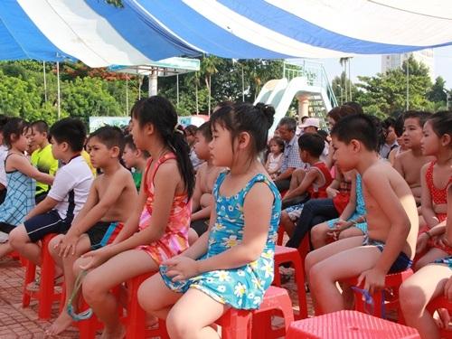 Trẻ em được phổ biến lý thuyết về bơi bội, phòng chống đuối nước