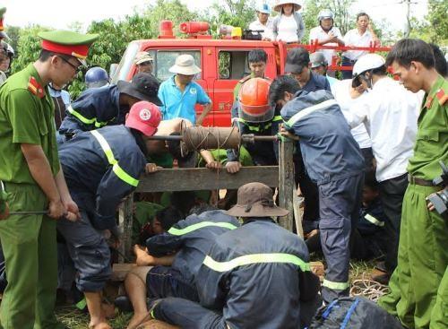 Cơ quan chức năng đưa thi thể của 2 nạn nhân lên khỏi giếng sâu
