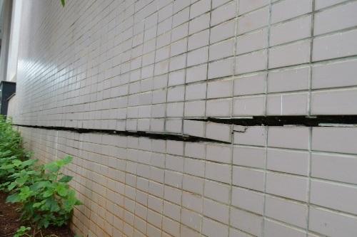 Nhiều vết nứt lớn trên tường
