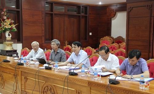 Thứ trưởng Phạm Mạnh Hùng (ngồi giữa) chỉ đạo công tác chuẩn bị cho kỳ thi THPT quốc gia tại Đắk Lắk