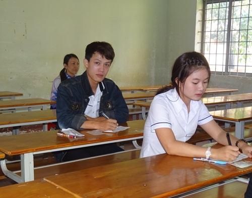 Thí sinh Lê Quang Hoàng (áo đen) là trường hợp ít thí sinh đăng ký dự thi môn Tiếng Nhật