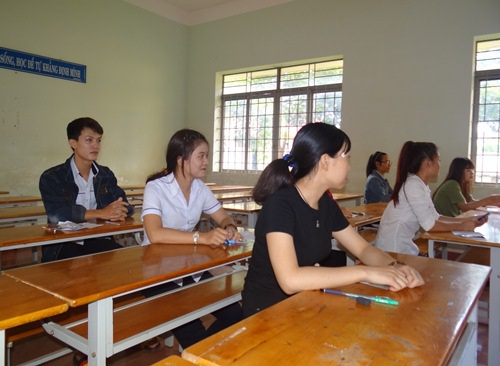 Hoàng được bố trí ngồi thi chung với các bạn thi môn Tiếng Anh khác