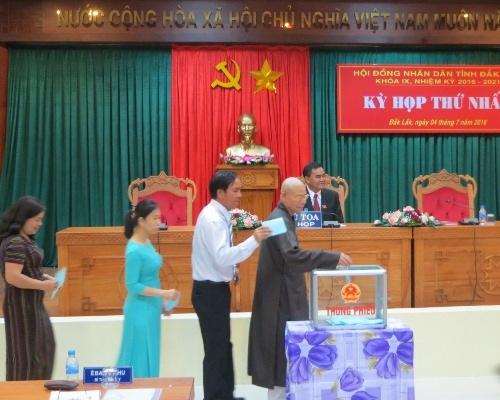 Các đại biểu tiến hành bỏ phiếu bầu các chức danh lãnh đạo HĐND, UBND tỉnh