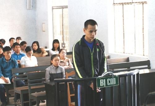 Gã giáo viên đồi bại tại phiên tòa