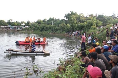 Lực lượng cứu hộ lặn tìm thi thể hai cha con
