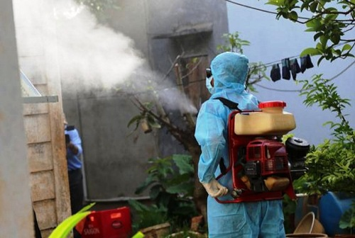 Tiến hành phun thuốc tại nhà dân phòng chống dịch sốt xuất huyết