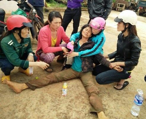 Bà Hương lúc vừa được lực lượng chức năng giải cứu (ảnh người nhà nạn nhân cung cấp)