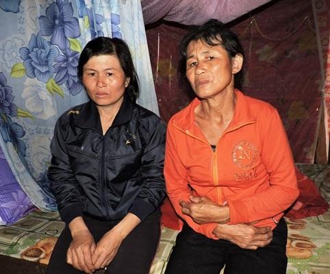 Chị Hiền (áo đen) bên cạnh mẹ mình kể lại chuyện bị bà Phương cắt gót và tra tấn dã man