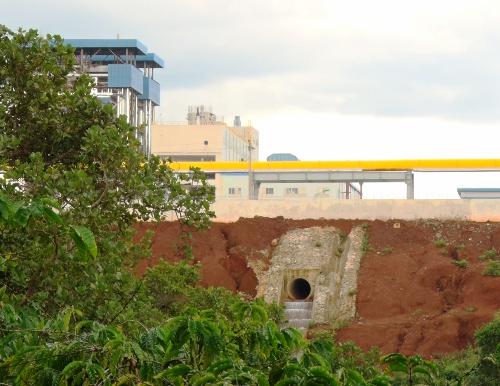 Một cửa xả thải của nhà máy alumin Nhân Cơ ra môi trường
