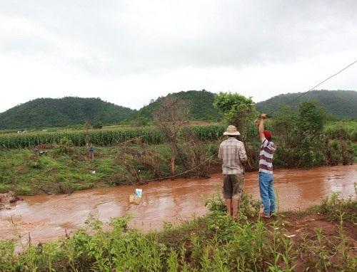 Người dân phải kéo dây cáp bắc qua sông để tiếp tế lương thực