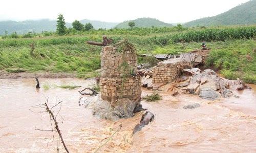 Cây cầu tạm bị mưa lớn cuốn trôi chỉ còn phần móng