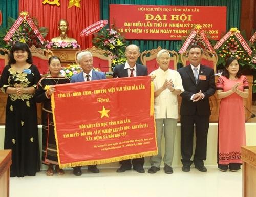 Hội Khuyến học tỉnh Đắk Lắk vinh dự nhận bức trướng do Hội Khuyến học Việt Nam và UBND tỉnh Đắk Lắk trao tặng