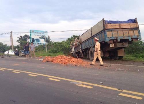 Xe tải chở gạch tại hiện trường sau tai nạn liên hoàn