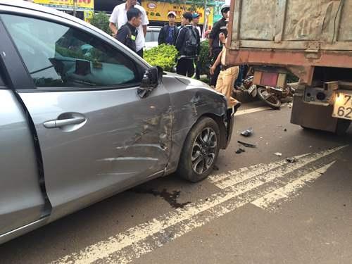 Xe ô tô móp méo, sau khi bị xe tải tông