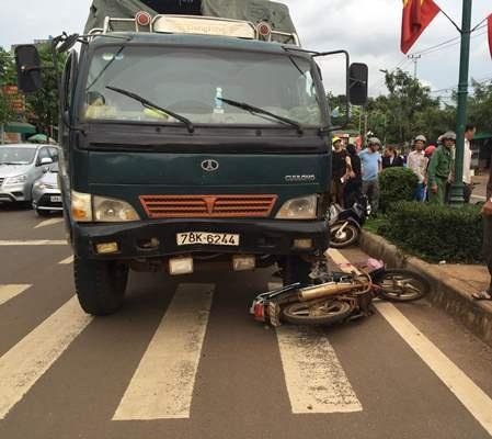 Xe tải lao vượt đèn đỏ tông vào xe máy làm 1 phụ nữ bị thương nặng