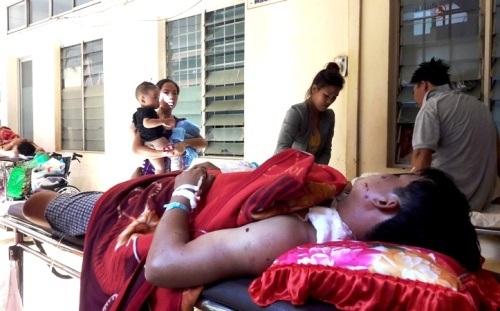 Một bệnh nhân của vụ nổ bom đang cấp cứu tại Bệnh viện Đa khoa tỉnh Đắk Lắk (ảnh CTV)