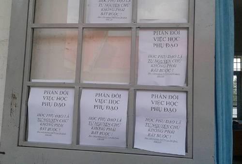 Một số tờ rơi các học sinh dán lên cửa sổ lớp học để phản đối việc dạy phụ đạo của nhà trường