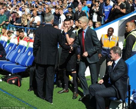 Mourinho chủ động bắt tay Wenger