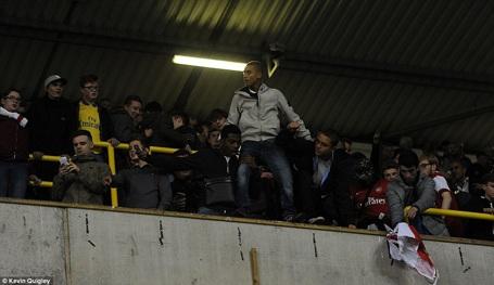 CĐV Arsenal nổi loạn, đập phá sân của Tottenham - 9