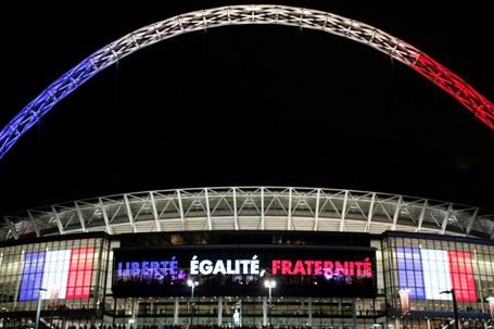 Bên ngoài SVĐ Wembley nổi bật dòng chữ: Tự do, bình đẳng, bác ái