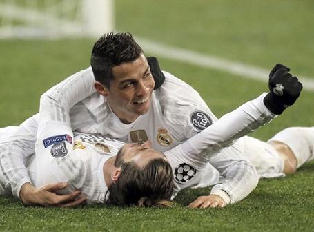 C.Ronaldo ôm Gareth Bale ăn mừng bàn thắng