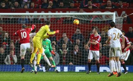Cựu thủ môn Arsenal mừng hụt vì tưởng ghi bàn vào lưới MU - 1