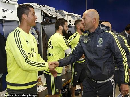 Zidane vào tận phòng thay đồ bắt tay từng cầu thủ