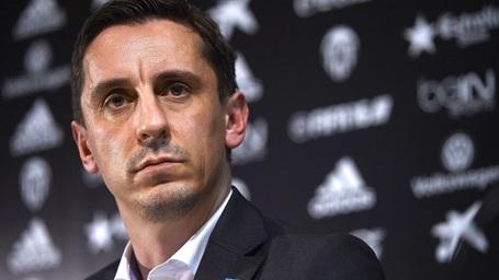 Gary Neville không từ chức sau thảm bại trước Barca