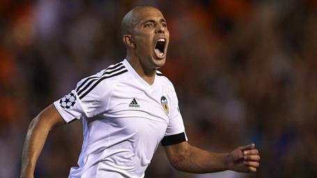 Tiền vệ 26 tuổi là nhân tố chính giúp Valencia giành vé dự Champions League mùa giải trước. Tuy nhiên, quá trình đàm phán hợp đồng giữa anh với CLB liên tục đi vào ngõ cụt. Hiện tại, Sofiane Feghouli đang là mục tiêu săn đón của nhiều CLB lớn ở châu Âu.
