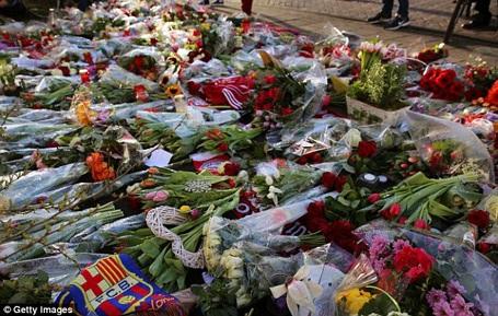 Trước trận, nhiều CĐV đã mang hoa tới tưởng niệm thánh Johan bên ngoài SVĐ