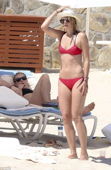 """""""Búp bê"""" Maria Sharapova tung tăng khoe sắc trên biển - 1"""