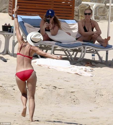 """""""Búp bê"""" Maria Sharapova tung tăng khoe sắc trên biển - 10"""
