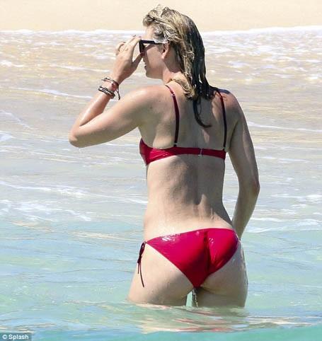 """""""Búp bê"""" Maria Sharapova tung tăng khoe sắc trên biển - 8"""