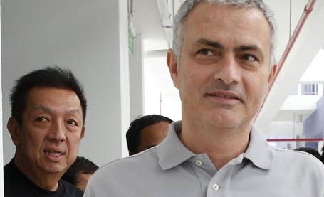 Mourinho và ông chủ Valencia, Peter Lim (trái)