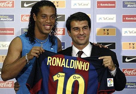 """Năm 2003, Ronaldinho từng tới rất gần """"Nhà hát của những giấc mơ"""". Tuy nhiên, đáng tiếc, vào phút chót, cầu thủ này đã lật kèo để chuyển sang Barcelona."""