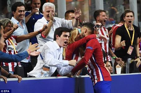 Mỹ nhân nhận được nụ hôn nóng bỏng của ngôi sao Atletico là ai? - 1
