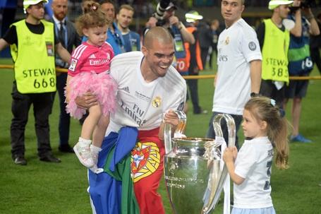 Pepe ăn mừng bên các con của mình