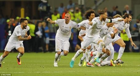 Toàn đội Real Madrid vỡ òa ăn mừng chiến thắng