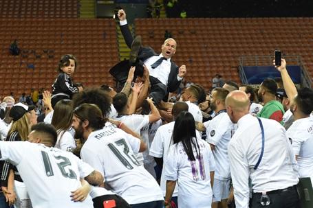 Real Madrid vỡ òa hạnh phúc giương cao cúp vô địch Champions League - 7