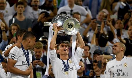 Real Madrid vỡ òa hạnh phúc giương cao cúp vô địch Champions League - 6