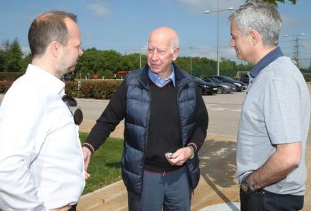 Trước đó, HLV Mourinho đã gặp gỡ huyền thoại Bobby Charlton