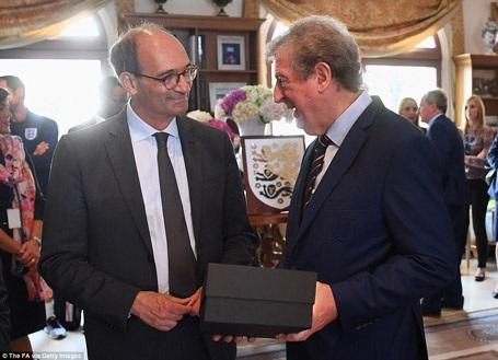 HLV Roy Hodgson nhận quà lưu niệm từ Ban giám đốc khách sạn
