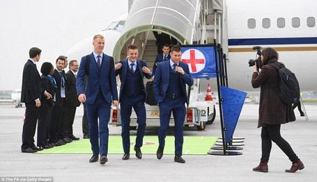 Đầu giờ chiều, đội tuyển Anh đặt chân xuống Paris