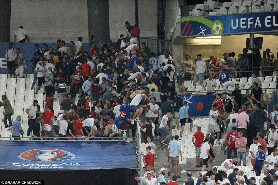 Anh và Nga có thể bị loại khỏi Euro 2016 nếu tiếp tục để CĐV gây rối