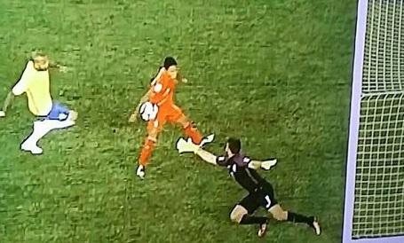 Ruidíaz đã dùng tay ghi bàn vào lưới Brazil