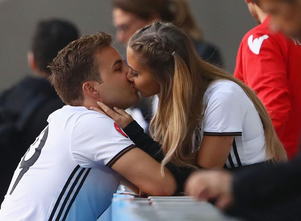 Mario Gotze khóa môi bạn gái sau trận đấu với Slovakia