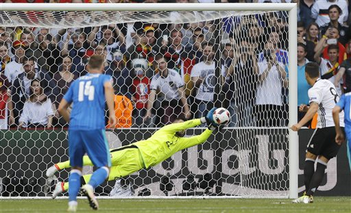 Mesut Ozil là cầu thủ Đức đầu tiên đá hỏng penalty trong lịch sử Euro