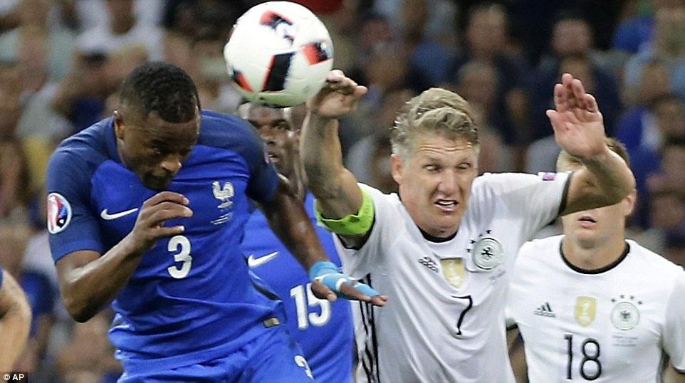 Bóng đã chạm tay Schweinsteiger ở tình huống đánh đầu của Evra