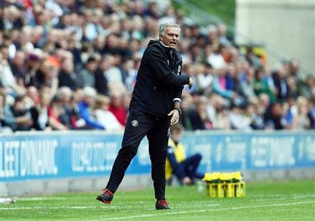 HLV Mourinho chỉ đạo rất nhiệt ở trận đấu với Wigan